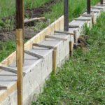 Как залить фундамент под забор из металлопрофиля своими руками