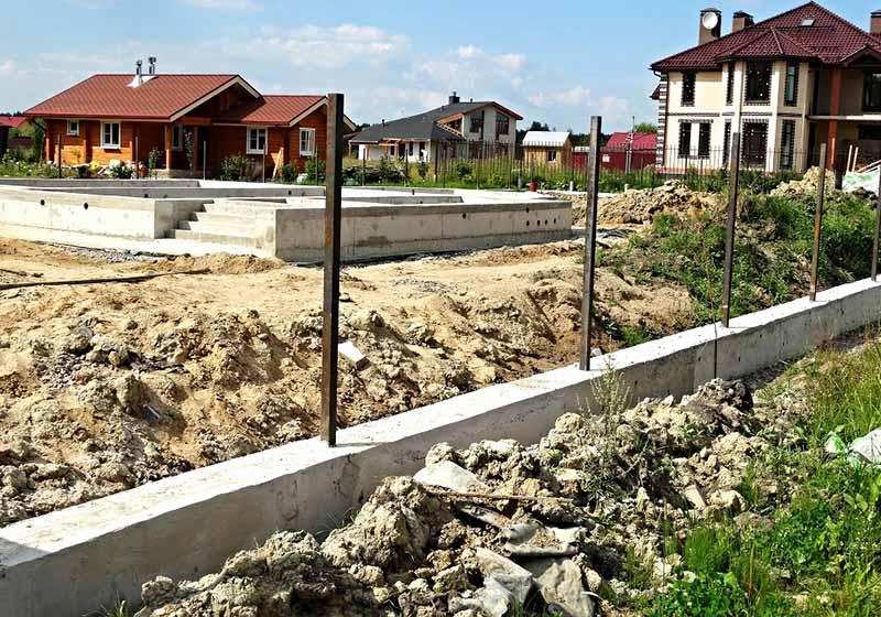 Удачным вариантом для кирпичной ограды станет ленточная конструкция, уложенная на гравийную подушку