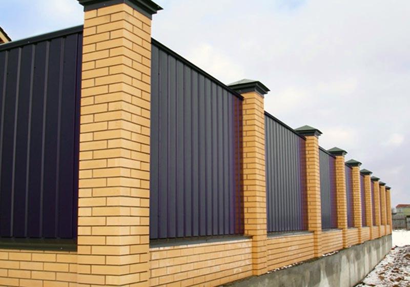 Комбинированный забор из кирпича и металлопрофиля своими руками