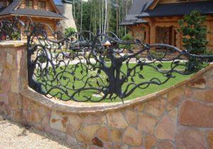 Как сделать красивую ограду из природного камня с коваными элементами: монтаж