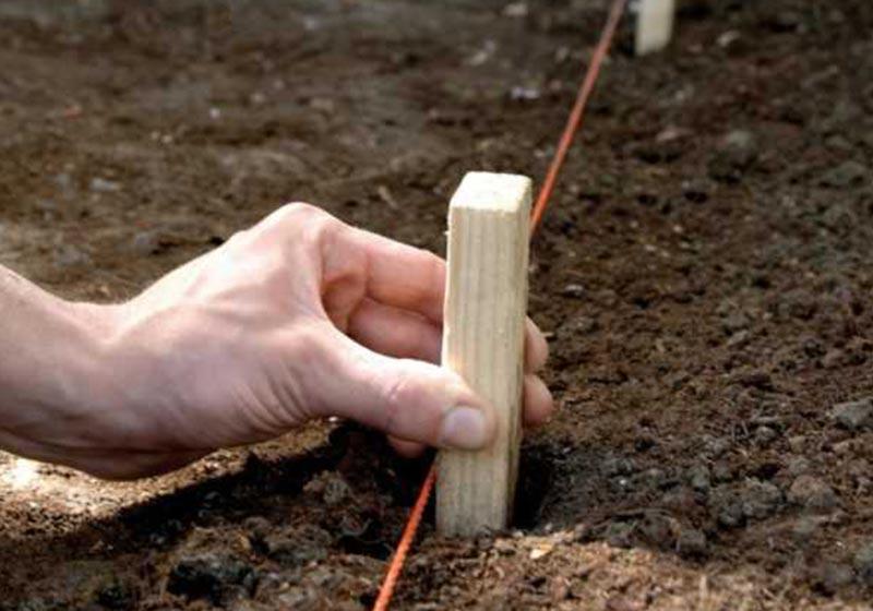 При выполнении замера, обозначьте колышками место под ворота или калитку