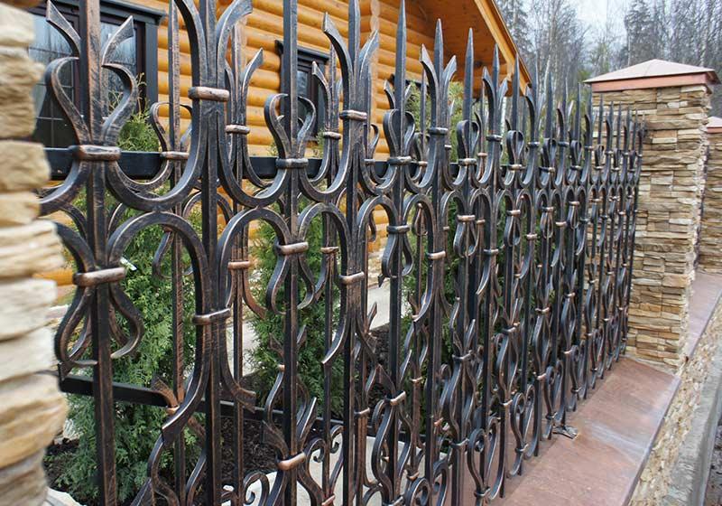 Комбинированный забор из кованых элементов и поликарбоната, его виды, особенности и монтаж