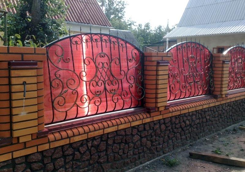 Комбинированный забор из поликарбоната с коваными элементами