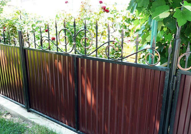 Забор из металлопрофиля с коваными элементами