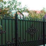 Как сделать красивый забор из профнастила с элементами ковки