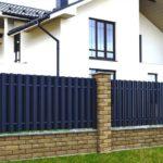 Красивые варианты заборов из профлиста для частных домов
