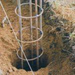 Способы монтажа железных столбов: как выставить опоры для забора по уровню и по высоте
