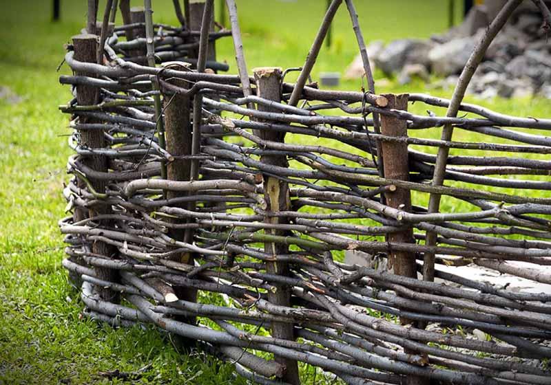 Как сплести изгородь своими руками из веток березы, из прутьев лозы и из досок