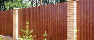 Забор из металлопрофиля с покраской под дерево: характеристики и особенности ухода