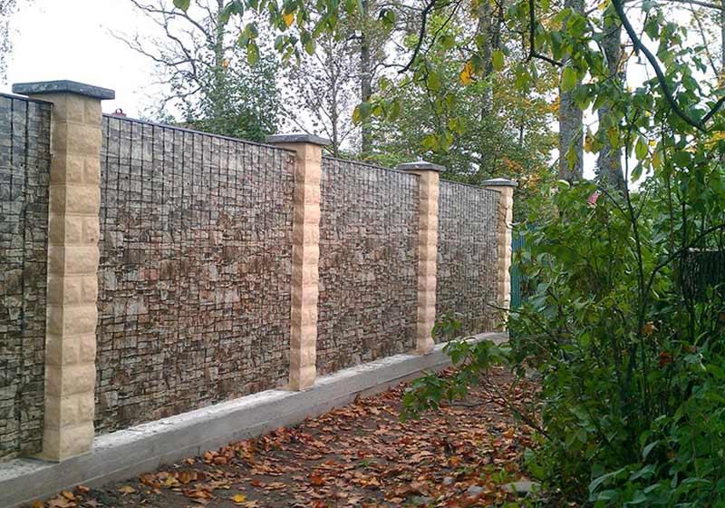 Можно соорудить забор из профнастила под камень, который выглядит не так, как металлический