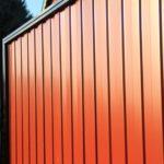 Какой высоты делать забор из профлиста: стандартный размер металлопрофиля