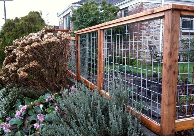 Забор из рабицы и дерева