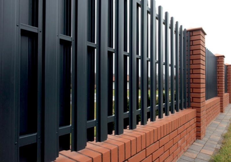 Комбинированный забор из штакетника и кирпича