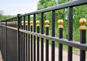 Строительство забора из металла своими руками: монтаж сборных конструкций