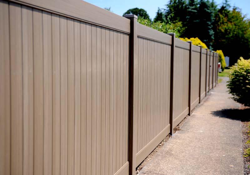 Можно ли ставить глухой забор между соседними участками частных домов