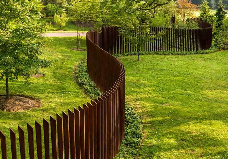 Как сделать красивый забор из дерева: варианты оригинальных оград, монтаж - пошаговая инструкция