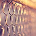 Как натянуть сетку рабицу на забор своими руками