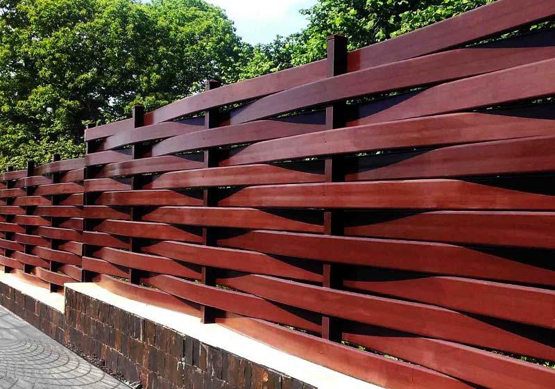 Забор из деревянных досок вертикальный