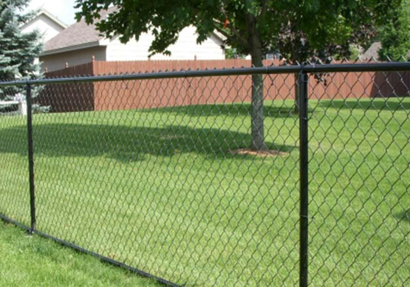 Натяжной забор представляет собой конструкцию, состоящую из рабицы, натянутой на стойки