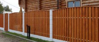 Вертикальный забор из металлического и деревянного штакетника в шахматном порядке