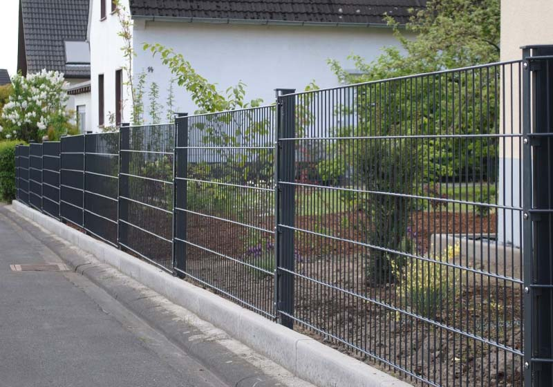 Забор из сварной сетки является наборной конструкцией.
