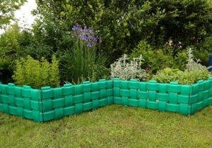 Виды декоративных заборов для сада и огорода из подручных материалов